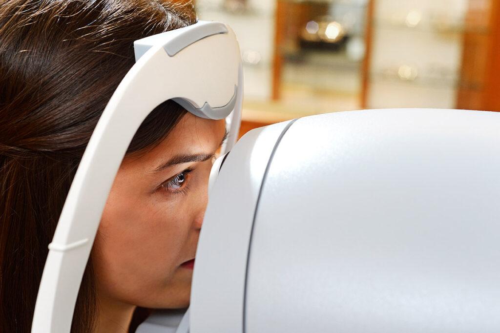 Frau schaut in Wellenfronttechnikgerät